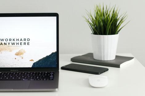 Laptop auf Schreibtisch, Job