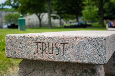 Steinbank mit Gravur, Trust, Vertrauen in sich