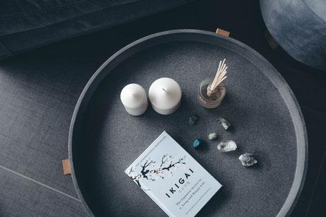 Buch auf Tablett, Lebenssinn, Suche, Ruhe