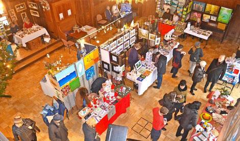 Der Kunstmarkt in Lübben war am Wochenende wieder gut besucht. Viele Künstler präsentierten ihre Kunstwerke im Wappensaal des Schlosses und luden zum Stöbern ein.  Foto: Andreas Staindl