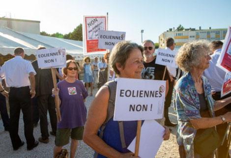 Opposés aux éoliennes, les membres du collectif du Grand Auxois ont manifesté juste avant le couper de ruban. Photo LBP / Stéphane Rak
