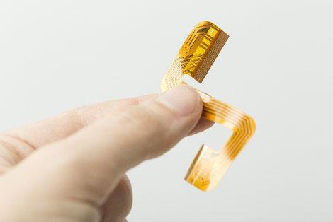 ポリイミド、PET、COPなどの基材に、銅箔、アルミ箔、銀ペーストなどで配線を施した基板が、フレキシブル基板になります。