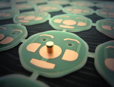 ガラエポ基板に銅コアを挿入して、電子部品の熱を裏面に伝えることを得意とした熱伝導基板で、主にパワ-MOSFETのスイッチングに採用されています。