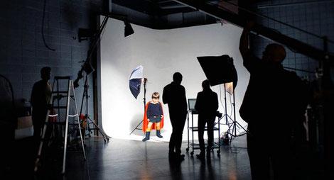 Film-Set mit Crew beim Videodreh.