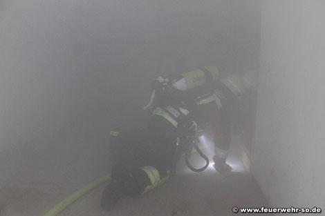 Angriffstrupp geht zur Brandbekämpfung und Menschenrettung vor