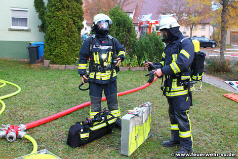 Sicherheitstrupp in Bereitstellung am Verteiler mit Sicherheitstrupptasche und Schlauchtragekorb