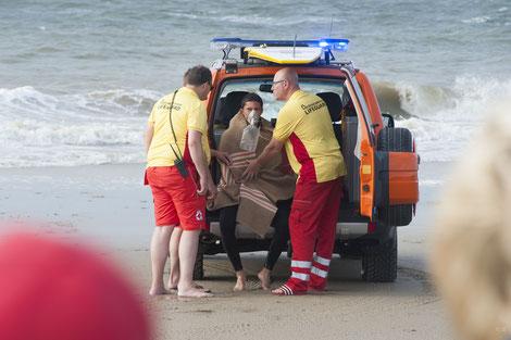 Deze drenkeling is in de veilige handen van de Domburgse Reddingsbrigade | © TekstEnPlaat.nl