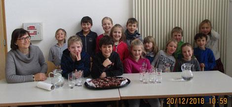 Die Geburtstagskinder Lehrerin Eva, Jonas, Jeremia und Sophie.