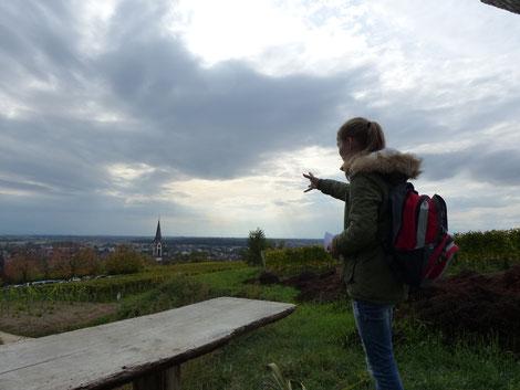 Silja erklärt die geografische Lage des Kaiserstuhls in der Rheinebene