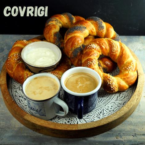 Covrigi, weiche Hefeteigkringel, stippt man noch lauwarm in Joghurt