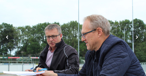 Links op de foto Arend Steenbergen, voorzitter sv Pesse   Rechts op de foto Eddy Kuijpers vv Wijster