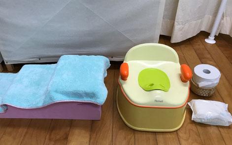 レッスンチ中にトイレトレーニングができるように、教室のコーナーに、おすわり台とおまるを常設しました。