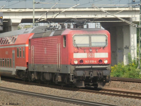 Am 5. August 2011 unterquert 143 610-4 die Triftbrücke in Luth. Wittenberg