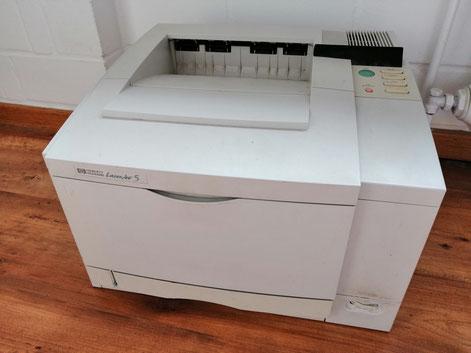Und läuft und läuft und läuft. Dieser Drucker ist mindestens schon 25 Jahre alt. Der Laserdrucker meines Bruders war nach drei Jahren schrottreif.