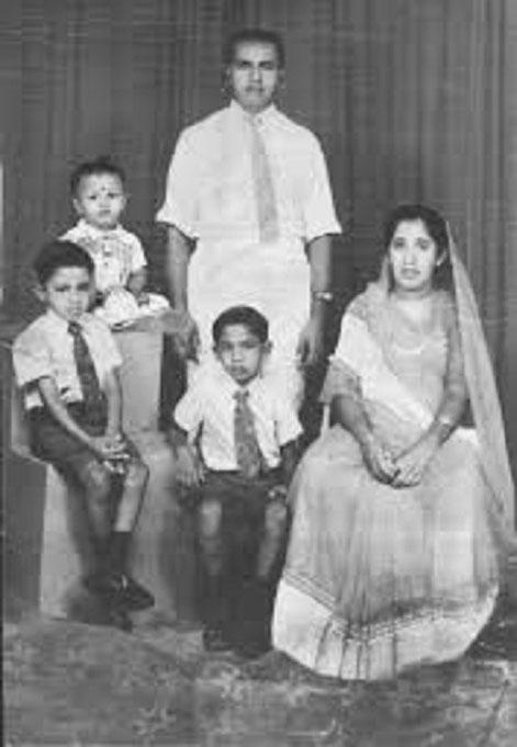 Rauff HAKEEM avec ses frères et ses parents.