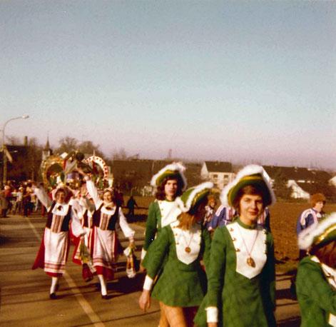 """Zugteilnahme der Juniorengarde 1975, dahinter zu sehen die Damenschowtanzgruppe """"Pappmule"""""""