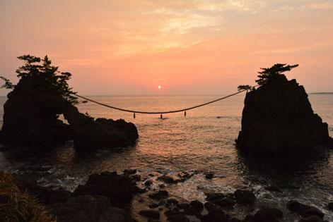機具岩に日が沈む