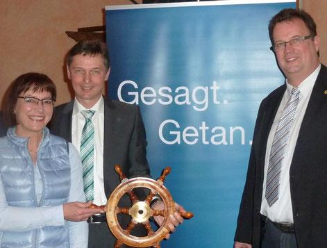 Dr. Heiko Haaz, Parteivorsitzender der CDU freut sich mit Harald Lenßen und dessen Ehefrau Sabine.
