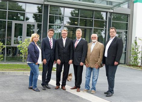 Bild von links nach rechts: Jeannette Jordan, Harald Lenßen, Klaus Ochel, Frank Schneider (Beide Geschäftsführung Indunorm) Matthias Dittmann (Projektleiter für den Umzug), Heiko Haaz (CDU-Vorsitzender)