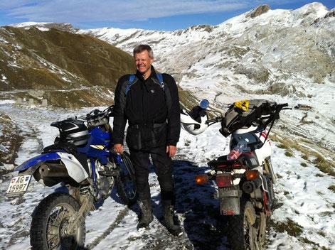 Auf der ligurischen Grenzkammstrasse im Schnee unterwegs.