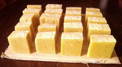 Savon Samarkand, 2e du nom : graines de pavot pour exfolier, curcuma pour la couleur, huile d'argan pour la peau.