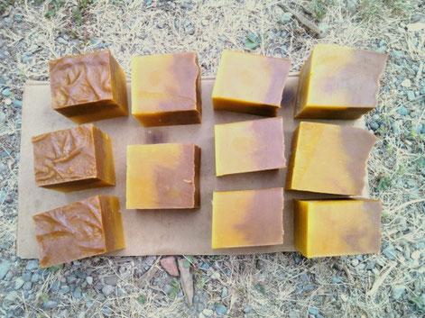 Le savon de St Marcel, sans parfum (huile de palme non raffinée pour la partie jaune, argile rouge pour l'autre).