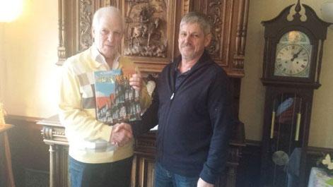 Der Vorsitzende der SU Kreis Cuxhaven Herbert Derlam erhält anlässlich seines Ausscheidens als Vorsitzender ein Buchgeschenk des Landesvorsitzenden Rainer Hajek, überreicht durch den Schatzmeister der Kreis SU Uwe Anders