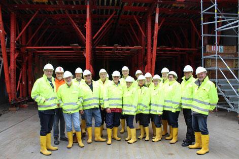 Die Teilnehmer vor Tunnelabstützungen mit Dr.Volker Gudehus,2.von links
