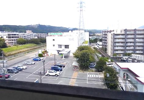 店を出た所からの眺めです。向かいは六地蔵総合病院、左は以前テナントで入っていたモモテラスです。