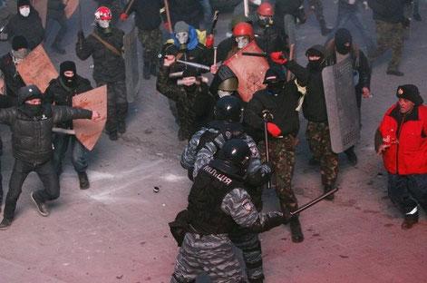 Organiserede højrefløjsfolk i åben kamp med de væbnede statsorganer
