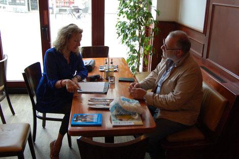 Maike Wöhler im Interview mit einem griechischen Zeitzeugen. © wiesbaden.de / Foto: Maike Wöhler