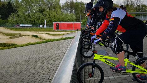 Mit dem BMX beim BMX-Racing in der Startbox
