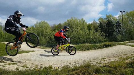 Sprung mit dem BMX beim BMX-Racing über die Dirt Hügel