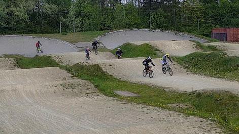 ein kleines Rennen: BMX beim BMX-Racing über die Dirt Hügel