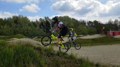 Mit Schwung geht es mit dem BMX beim BMX-Racing über die Dirt Hügel