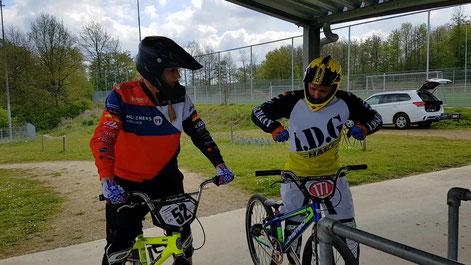 BMX beim BMX-Racing über die Dirt Hügel