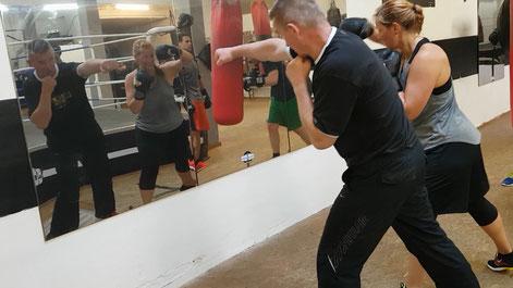 Boxen schattenboxen trainer üben trockenübung spiegel sparring