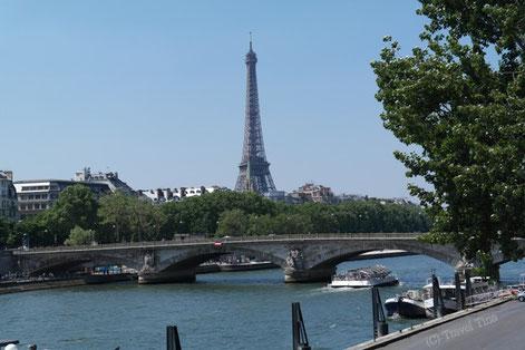 Spaziergang entlang der Seine mit Blick auf Paris bekanntestes Wahrzeichen.
