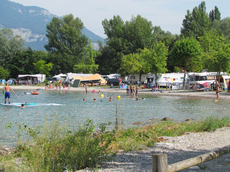 l'île aux Cygnes*** is the only campsite around the lake to have a private beach