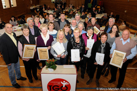 Auf dem Bild sind die anwesenden langjährigen Mitglieder der TGO mit ihren Urkunden zu sehen.