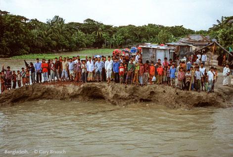 Überschwemmung in Bangladesh. Der Klimawandel wird Millionen von Menschen die Lebensgrundlagen nehmen. Foto: (c) Gary Braasch