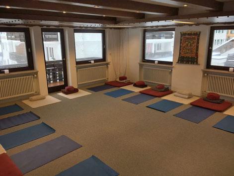 Heller und freundlicher Seminarraum mit außen verspiegelten Fenstern