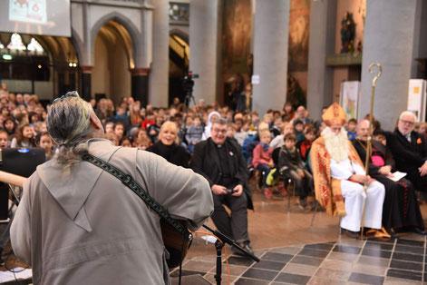 Gemeinsam mit dem Popmusiker und Mönch Stan Fortuna singen die Kinder und Gäste ein Lied zu Ehren des heiligen Nikolaus.© Theresa Meier