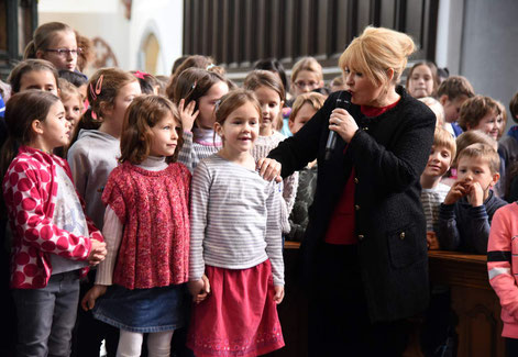 "Maite Kelly singt mit den Schülern der Domsingschule Aachen das Lied ""Du bist Du"" © Theresa Meier"