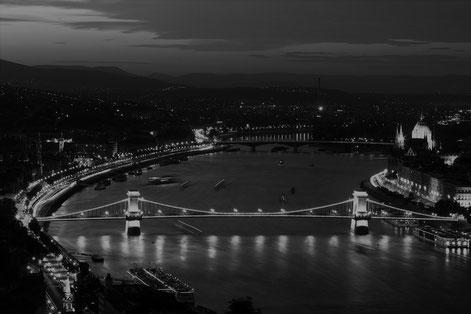 Stadt bei Nacht am Fluss