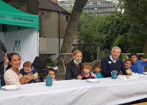 Gemeinsam mit Quartierkümmerer Yener Menguenogul freuen sich die Bruckhausener auf die Suppe. Foto: Lena Richter  l  Duisburger Werkkiste