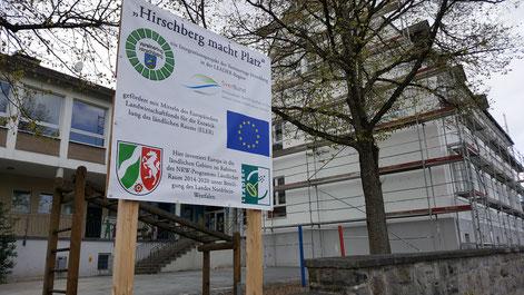 Baustellenschild mit eingerüsteter Alter Schule in Warstein-Hirschberg