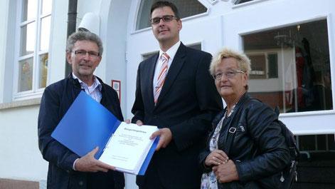 Übergabe der Liste an den damaligen Bürgermeister Heiko Lebherz (Mitte) haben Ruth Egelkamp und Hans Edelmann im Oktober 2017 das Bürgerbegehren für den Erhalt der Kulisse am Hausener Hörnle auf den Weg gebracht.