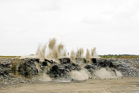 Eine Sprengung im Ölschieferbruch Archiv-Foto: Holcim Foto: Schwarzwälder Bote