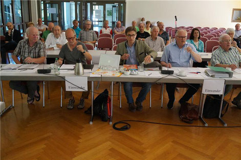 Der Tisch der Einwender, darunter auch Vertreter des NUZ, am ersten Tag der Anhörung in der Dotternhausener Festhalle. Norbert Majer war damals nicht vor Ort.